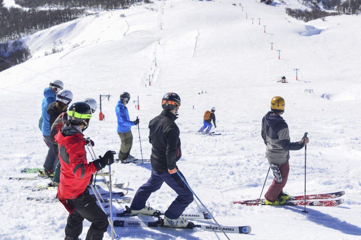 Falta de nieve: Cerro Chapelco cierra medios