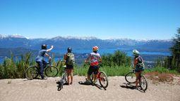 altText(Paseos en bicicleta, la opción que elegida por los turistas a la hora de disfrutar de las imponentes vistas de Cerro Bayo)}